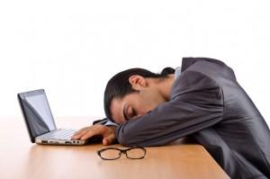 homme qui dort au bureau